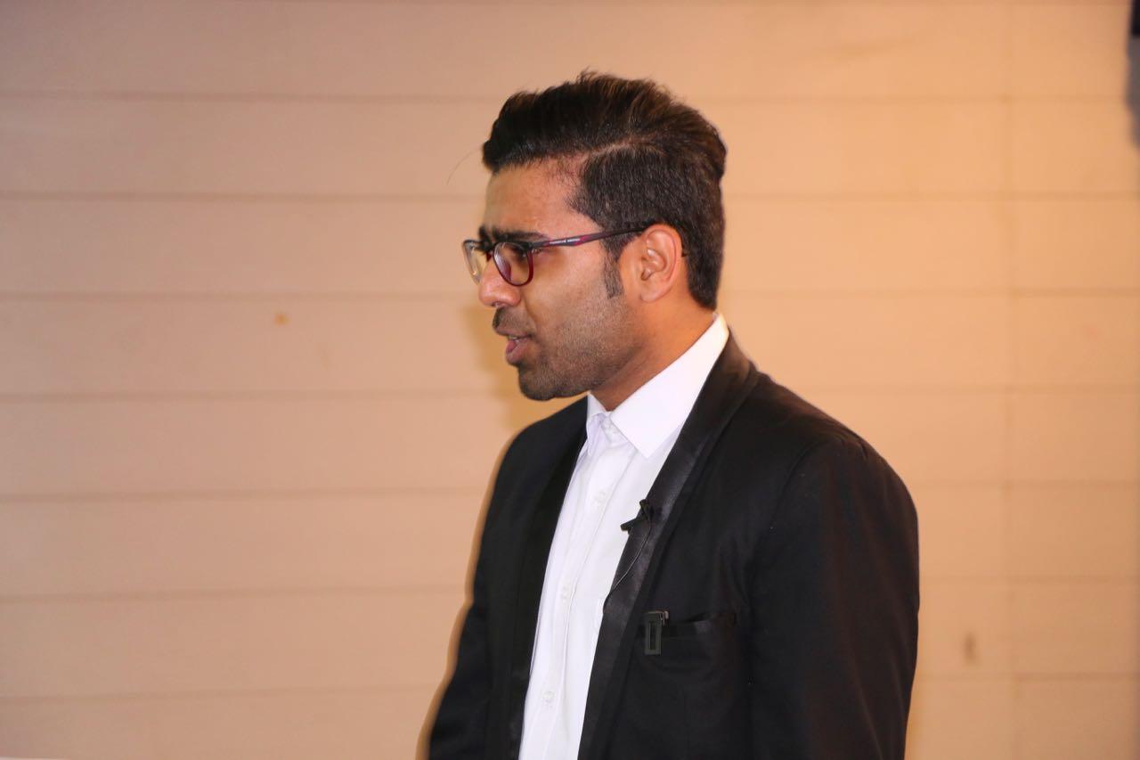 شمس الدین خجسته نیا در حال سخنرانی